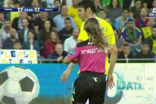 Esta árbitra amonesta a Kaká solo por hacerse un selfi con este popular ex futbolista brasileño