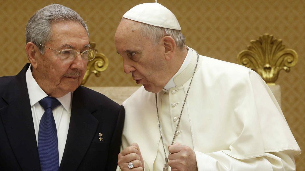 El Papa va de mal en peor: ahora equipara a cristianos y comunistas