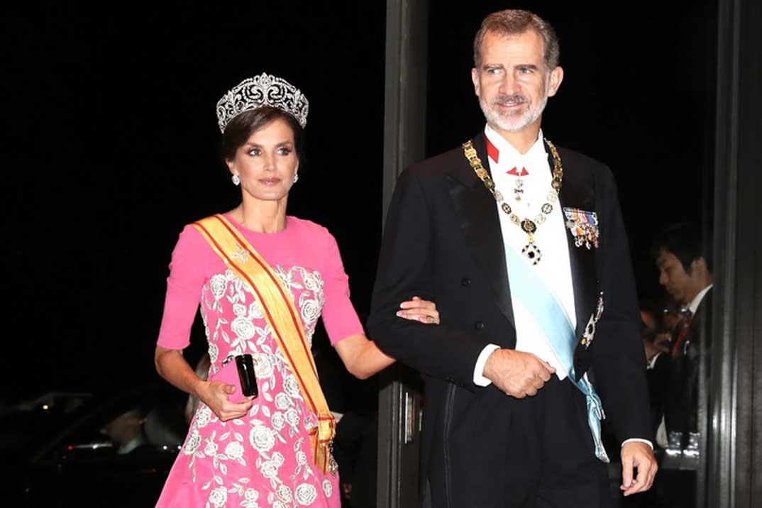 Casa Real 'veta' el vídeo: Doña Letizia arruina con un gesto inadecuado el viaje a Japón de los Reyes