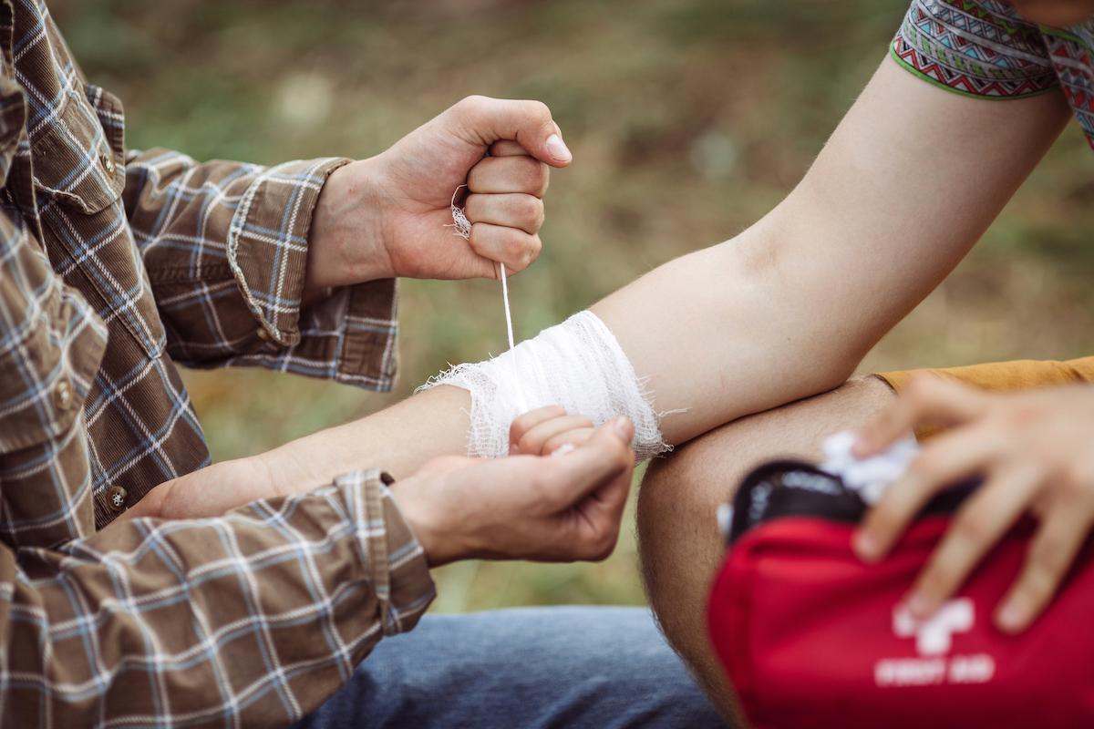 Hazlo tú mismo: aprende a inmovilizar un esguince o fractura