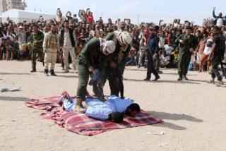 La multitud aulla de júbilo mientras ejecutan de un balazo en la columna vertebral a los violadores y asesinos de un niño