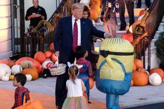 Trump la lía al intentar dar golosinas a un niño en Halloween