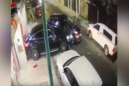 Este hombre atropella a unos delincuentes con su camioneta y se salva así de ser asaltado
