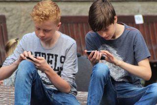 Unos estudiantes llaman a una línea de prevención de suicidios y les responde un servicio de sexo telefónico
