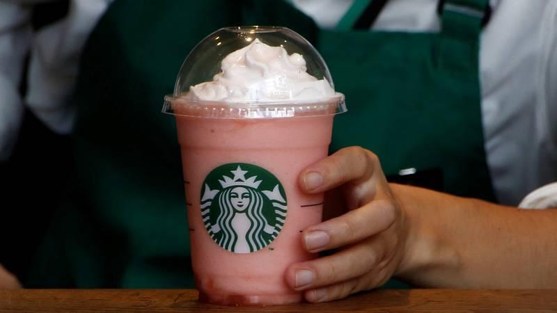 Denuncian a Starbucks por discriminación racial y despedir a una gerente por ser blanca