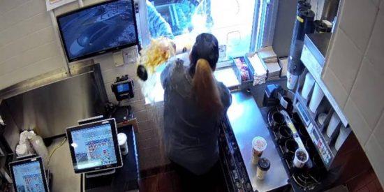 Este cliente de McDonald's arroja café caliente y provoca quemaduras de primer grado a una trabajadora