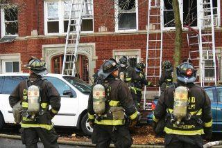 Este bombero evita que un adolescente se arroje de un balcón con un 'método' que nadie se esperaba