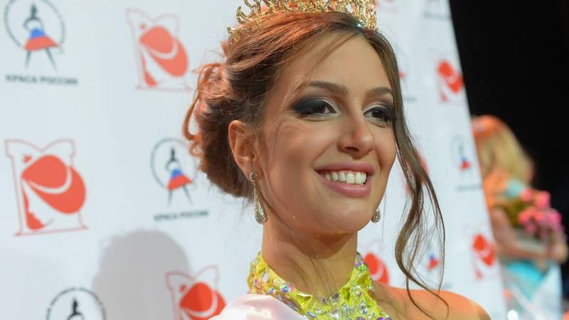 Miss Moscú muestra al mundo , por primera vez, el bebé que tuvo con el entonces rey de Malasia