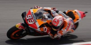 Marc Márquez sufre esta dura caída durante el Gran Premio de Malasia de Motociclismo
