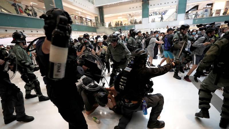 Varios heridos por arma blanca en un centro comercial de Hong Kong en medio de las protestas