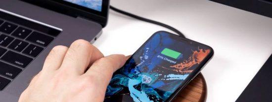 Un chico muere electrocutado al usar su móvil mientras lo cargaba