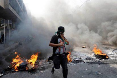 Así atacan los manifestantes iraquíes el consulado de Irán en Karbala y cambian su bandera por otra de Irak