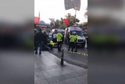 Momento en que un autobús ebiste una parada en Estambul y su chófer ataca con cuchillo a los que impedían que huyera