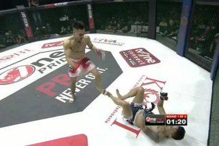 Este luchador se niega a levantarse en pleno combate y pierde al ser sorprendido con una lluvia de patadas en las piernas