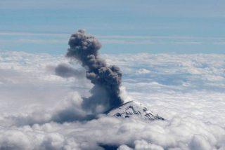El volcán Popocatépetl vuelve a registrar una intensa actividad con explosiones y una larga columna de ceniz