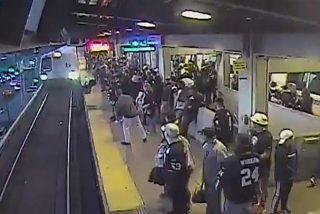 Vídeo viral: Un empleado salva a este hombre borracho que cae a las vías del metro