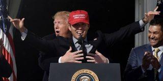 Momento en el que Trump recrea el icónico momento de 'Titanic', al abrazar a una estrella del béisbol