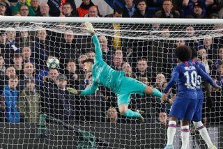 Kepa se marca un autogol con la cara y provoca las burlas de uno de sus compañeros del Chelsea
