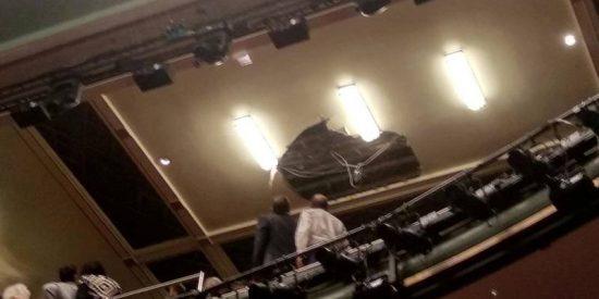 Vídeo viral: Evacúan de urgencia este teatro en Londres tras el colapso de parte del techo en pleno espectáculo
