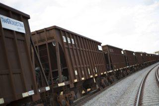 Vídeo viral: Un hombre con poco aprecio por su vida se graba a sí mismo mientras corre sobre los vagones de un tren en movimiento