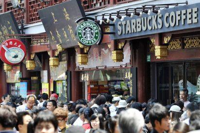 Vídeo viral: Se salvan por muy poco de que una ventana caiga sobre sus cabezas en la terraza de un Starbucks