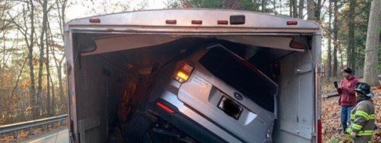 Esta mujer se queda atrapada tras meter su coche en el remolque de un camión
