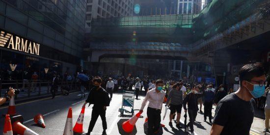 Vídeo viral: ¡Terrible!: Un policía comunista dispara a quemarropa a un manifestante en Hong Kong
