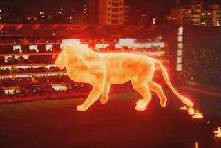 Vídeo Viral: Este gigantesco 'león de fuego' irrumpe en un estadio de fútbol en Argentina