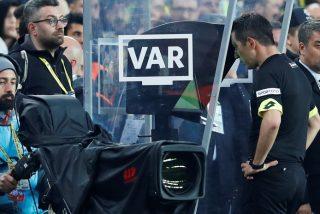 Vídeo viral: Este árbitro acude al VAR para ver una jugada dudosa y le muestran una insólita imagen ajena al partido