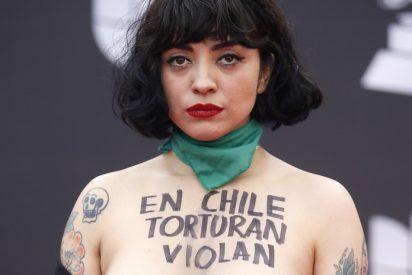 Mon Laferte enseña sus pechos en los Grammy Latinos para protestar contra la violencia en Chile