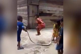 Vídeo viral: Estos niños 'saltan a la comba' con una serpiente muerta