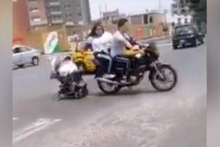 Vídeo viral: 'Los peores padres del mundo'; Remolcan el cochecito con su bebé por una carretera