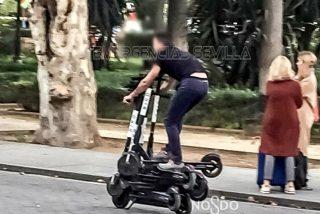 Multan a este hombre que se desplazaba sobre seis patinetes electrónicos en Sevilla