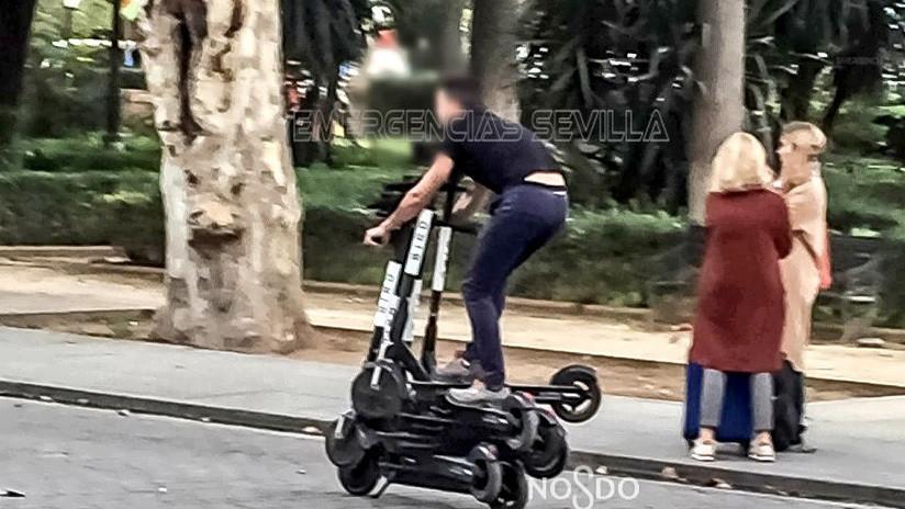 Multan a este hombre que se desplazaba sobre seis patinetes eléctricos en Sevilla