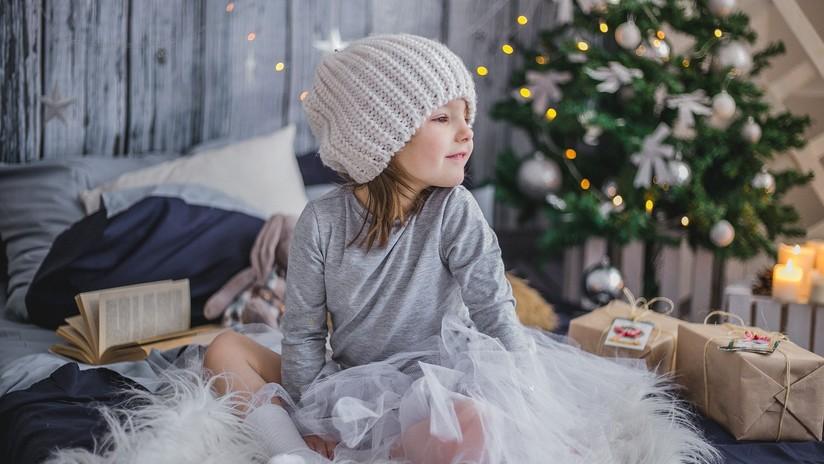 """Una niña de 10 años asombra a la Red con su ambiciosa lista navideña; """"Un iPhone 11, un conejito y... 4.000 dólares"""""""