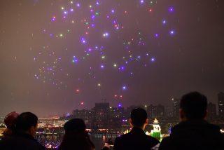 ¡Impresionante!: 800 drones iluminados componen impresionantes figuras de aviones en el cielo nocturno de China