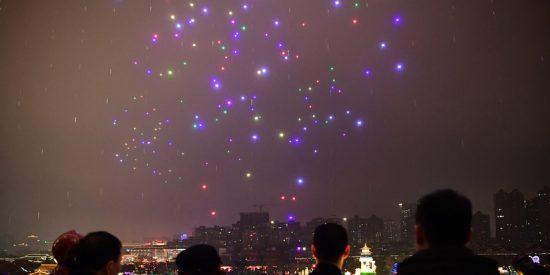 ¡Impresionante!: 800 drones iluminados componen figuras de aviones en el cielo nocturno de China