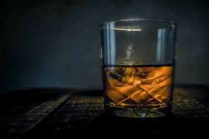 ¿Sabías que el creador del cóctel con whisky y un dedo humano dentro deja en herencia sus dedos del pie para que sean utilizados?