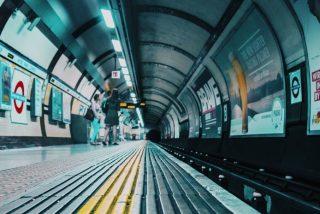 Vídeo viral: Un hombre se desmaya, cae a las vías del metro y el maquinista lo salva en el último segundo