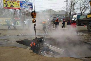 Vídeo viral: Dos hombres mueren abrasados en un coche que cae de repente en un socavón lleno de agua hirviendo