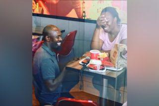 Vídeo viral: Este hombre le pide a su novia la mano en un KFC, y ahora varias empresas se ofrecen a patrocinar la boda de sus sueños