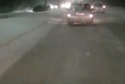 Vídeo viral: Este coche derrapa en la nieve y choca con otro vehículo