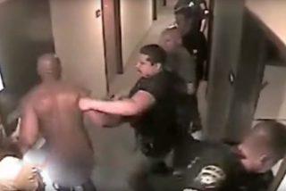 Vídeo viral: Policías sacan desnudo de una habitación de hotel a este secuestrador durante la operación de rescate de una niña de 8 años