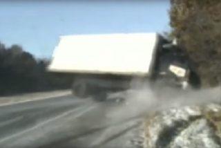 Vídeo viral: Este camión casi aplasta a unos policías tras volcar sobre una carretera congelada