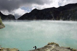 Vídeo viral: Dron graba su descenso sobre el cráter de un volcán de más de 2.700 metros de altura y esto es lo que se ve…