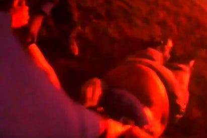 Vídeo viral: Así rescatan a esta mujer inconsciente de su coche envuelto en llamas