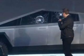 """Musk vive este incómodo momento al romperse el """"vidrio blindado"""" del Cybertruck durante las pruebas y en plena presentación"""