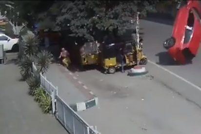 Vídeo viral: Momento en el que un coche fuera de control sale volando de un puente a una calle transitada
