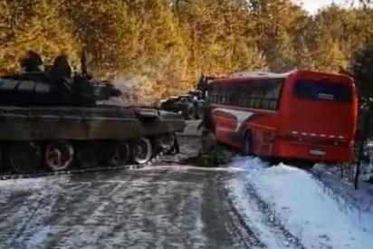 Vídeo viral: Este tanque remolca a un autobús a punto de desbarrancar en una carretera helada