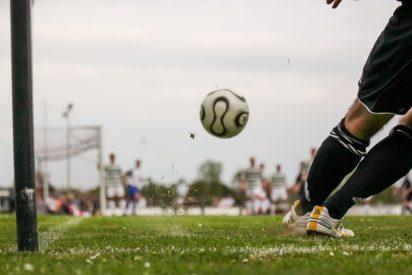 Vídeo viral: Este equipo de fútbol pierde un partido en su estadio y los aficionados saltan al campo a darles una paliza a los jugadores